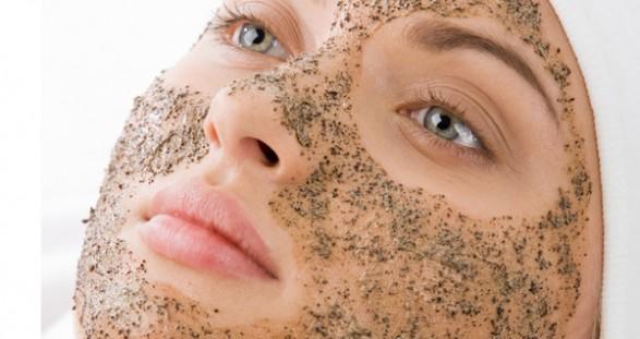 Esfoliante caseiro no rosto com açúcar mascavo