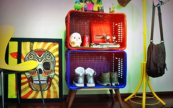 Uma estante de caixotes coloridos deixa o ambiente muito original