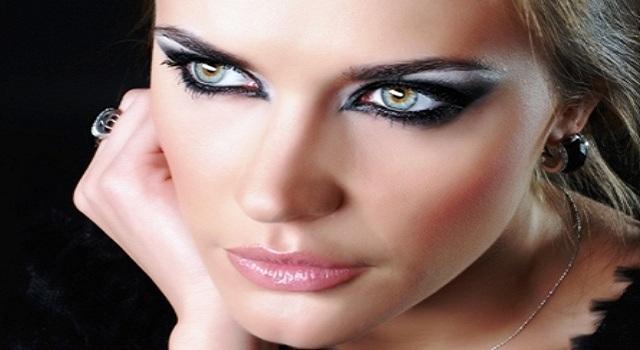 Olhos pretos e marcados são perfeitos para festas noturnas