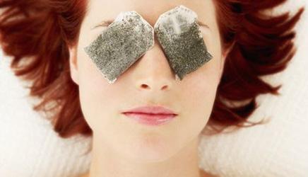Compressas com saquinhos de chá ajudam a amenizar as olheiras