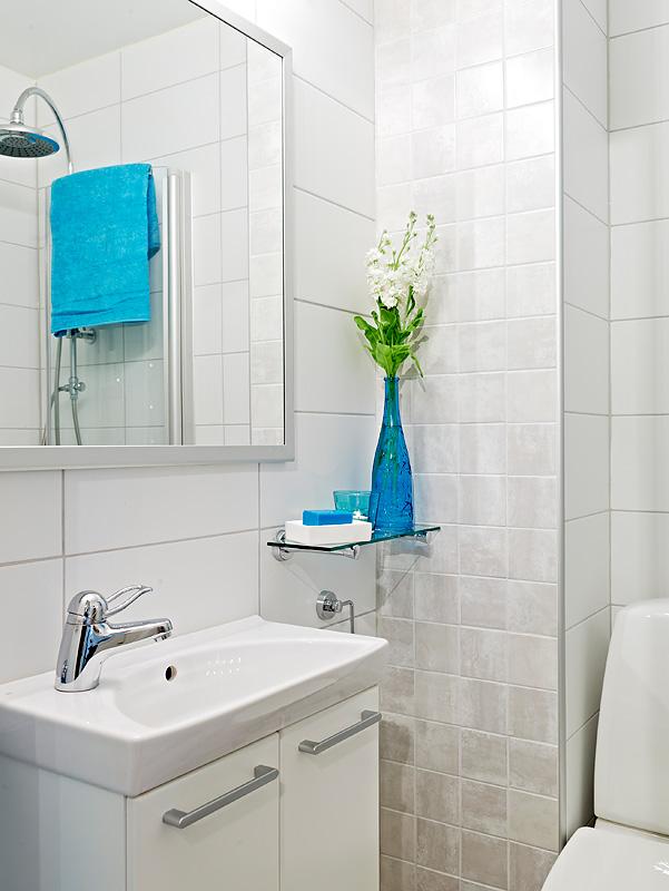Investir em acessórios coloridos deixa o banheiro mesmo pequeno mais divertido