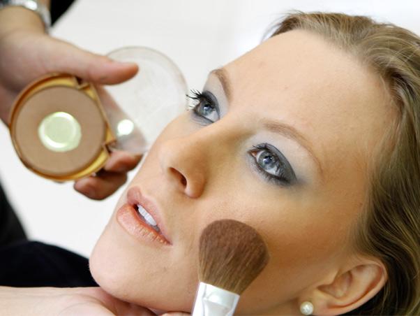 A maquiagem para loiras pode ser de várias maneiras
