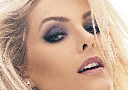 As loiras famosas também não abrem mão de uma bela maquiagem