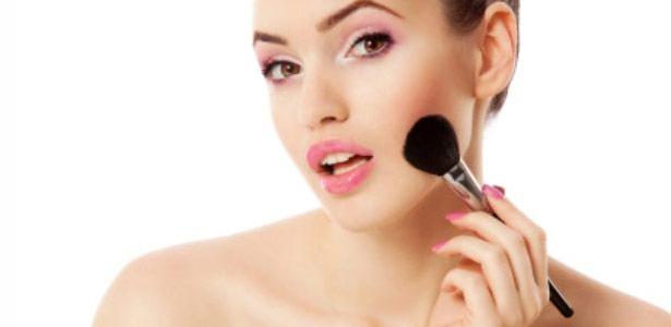 A maneira de aplicar o blush faz a diferença no make