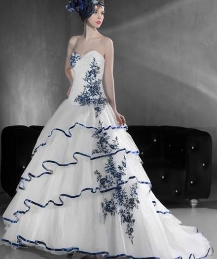 Vestido de noiva moderno com bordados colorido