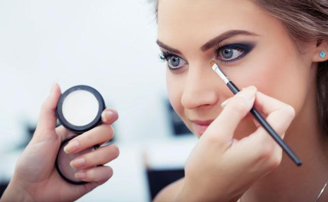 Combinar a maquiagem com a cor dos olhos
