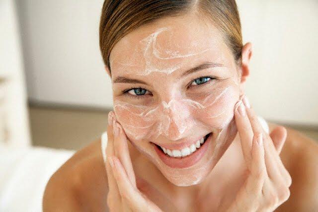 A limpeza da pele ajuda a eliminar os cravos do rosto