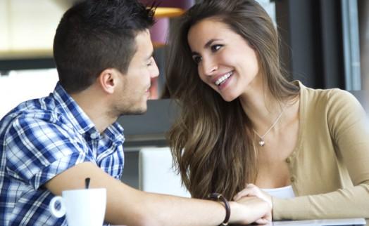 Vantagens e riscos do namoro no trabalho (Foto: Divulgação)