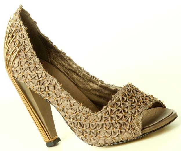 db257c33b0 Com as dicas acima você já pode investir na sua produção com sapatos  abertos e deixar o seu look fashion e moderno. Confira na galeria alguns  modelos de ...