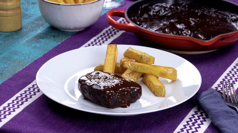 Receita de Carne estufada com molho de chocolate preto e pêra