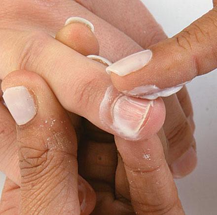 Aplique um creme ou uma loção nas unhas