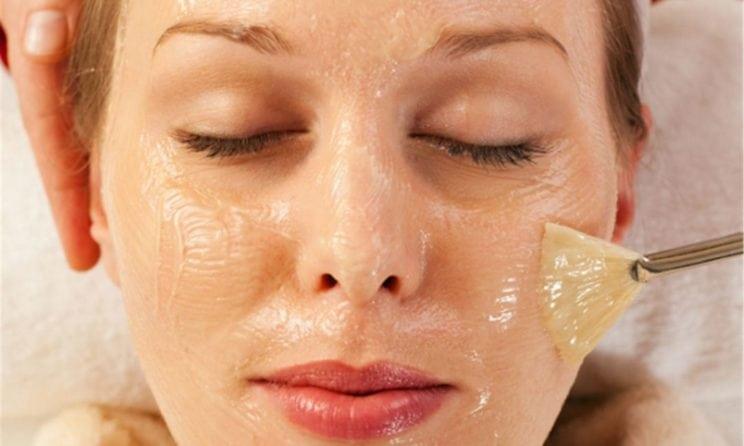 mulher colocando máscara de ovo facial