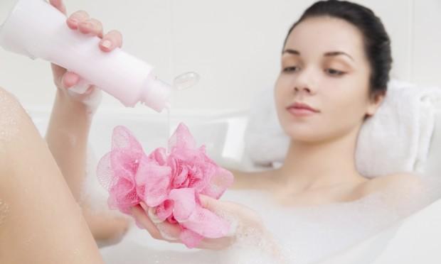 mulher-tomando-banho