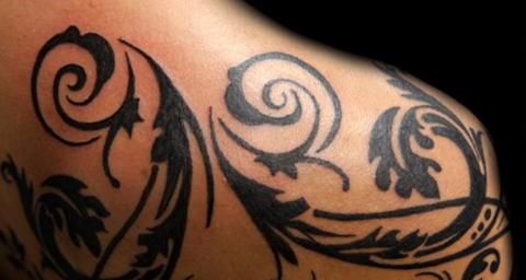 Tatuagem feminina tribal
