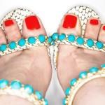 Pés-de-verão-combine-os-esmaltes-do-momento-com-sandálias-para-arrasar-em-dias-quentes-01 (1)