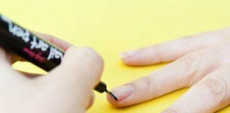 Usar caneta decorativa nas unhas