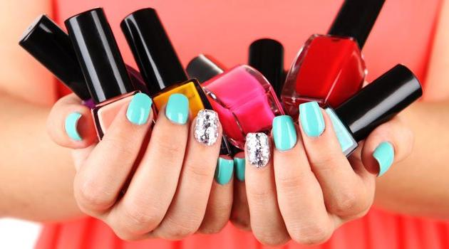 Dona de casa também gosta de se arrumar e pintar as unhas
