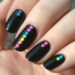 unhas com bolinhas coloridas