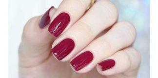 esmalte vermelho na unhas das mãos
