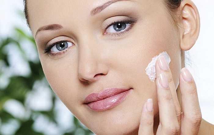 aplicar cremes faciais