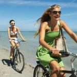 3 amigas andando de bicicleta