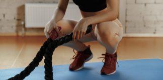 mulher fazendo exercício com cordas
