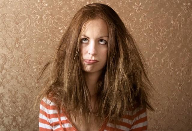 Como diminuir o frizz e o volume do cabelo com a chapinha