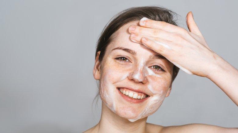 lavar a pele do rosto para para desestressar a pele