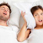hoem roncando ao lado da mulher
