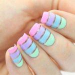 unhas decoradas com fitinha coloridas