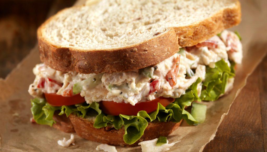 lanche da tarde: sanduíche de frango