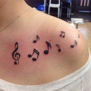 Tatuagem feminina: notas musicais