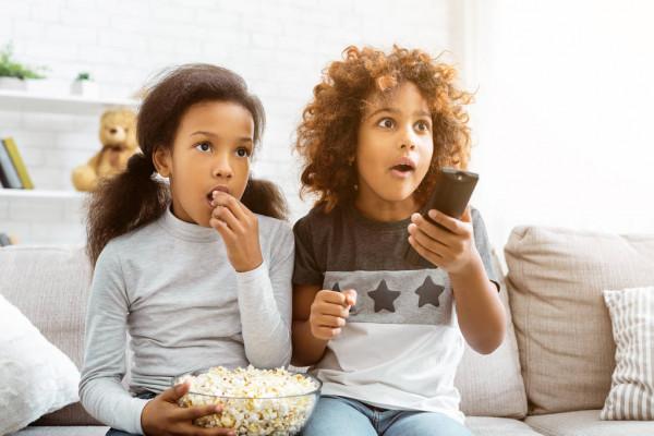 Crianças comendo pipocas simples