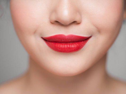 Mulher com lábios carnudos