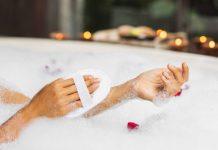 Banheira de cinema com sais de banho