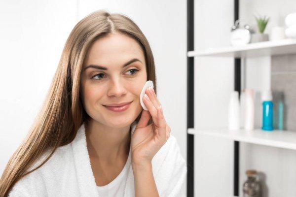 Limpeza de rosto antes de maquiar