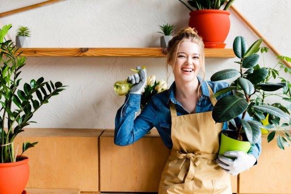 Mulher jardinando