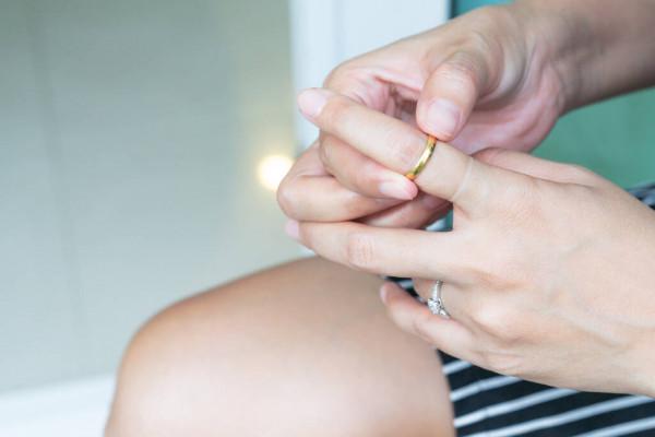 Remoção de anéis dos dedos com vaselina